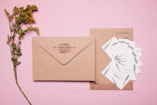 Enveloppe Design Délicat Avec Fleur Psd gratuit