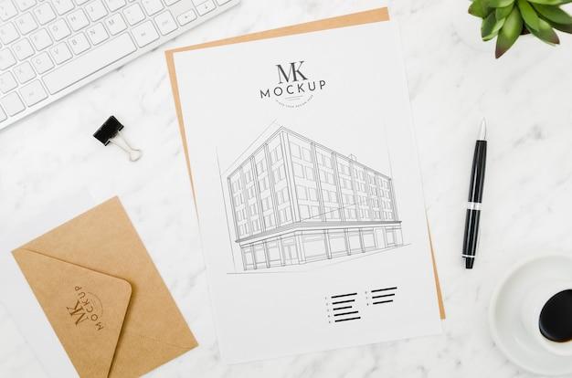 Enveloppe Avec Maquette à L'extérieur De L'architecture Psd gratuit