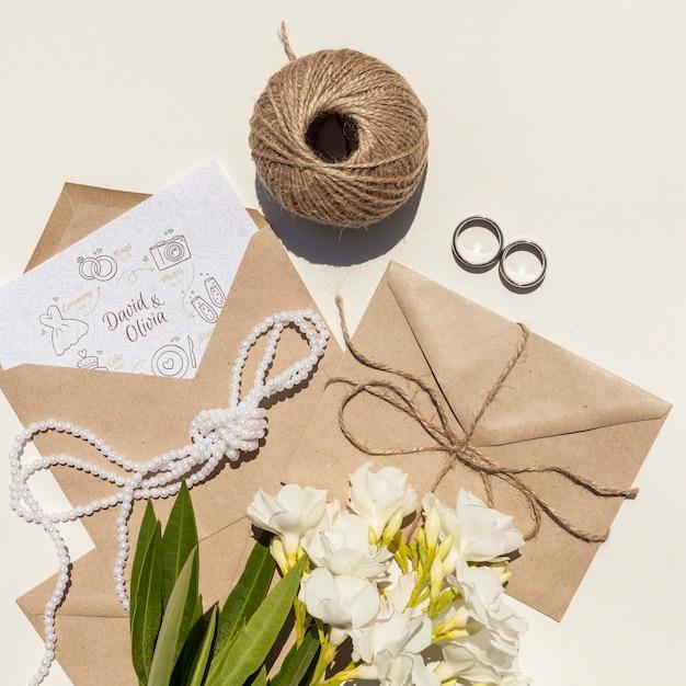 Enveloppe En Papier De Mariage Avec Fleurs Et Anneaux Psd gratuit