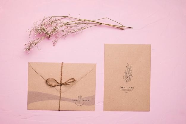 Enveloppe Vue De Dessus Avec Fleur Psd gratuit