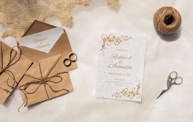 Enveloppes En Papier Brun Avec Invitation Psd gratuit