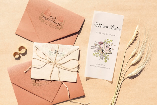 Enveloppes En Papier Brun Avec Invitations De Mariage Et Bagues Psd gratuit