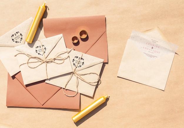 Enveloppes En Papier Brun Avec Des Invitations De Mariage Et Des Bougies Psd gratuit