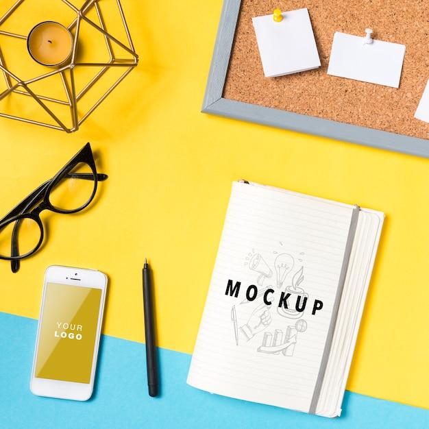 Espace de travail avec feuille de papier et téléphone Psd gratuit