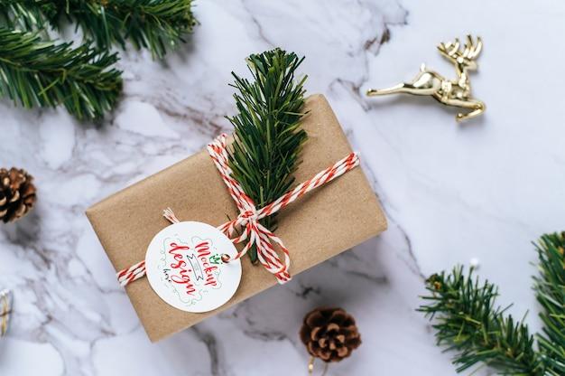 Étiquette De Cadeau De Noël Sur Boîte-cadeau Psd Psd gratuit