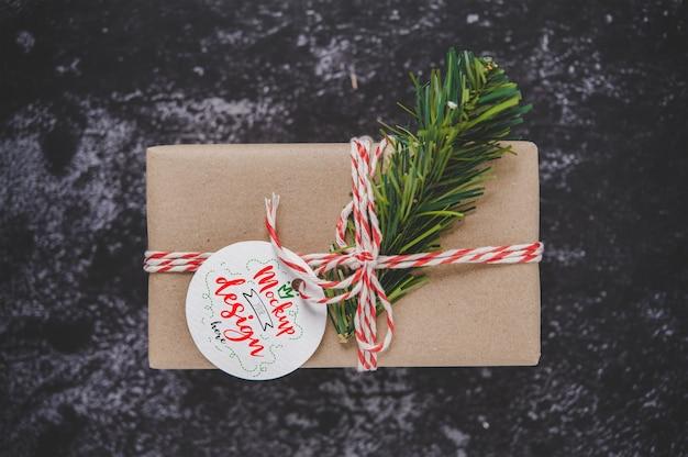 Étiquette De Cadeau De Noël Sur Boîte-cadeau Psd gratuit