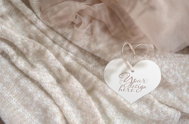 Étiquette de coeur sur un fond clair tricoté PSD Premium