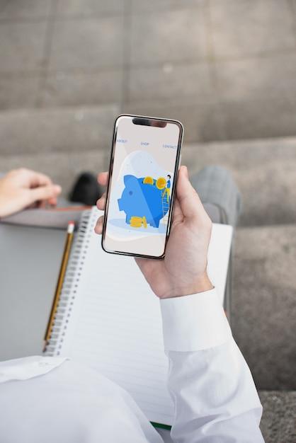 Étudiant à Angle élevé En Plein Air Tenant Mobile Psd gratuit