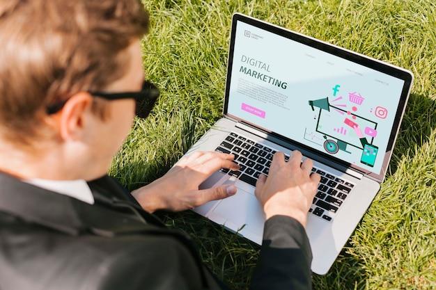Étudiant Appréciant Travailler à L'extérieur Psd gratuit