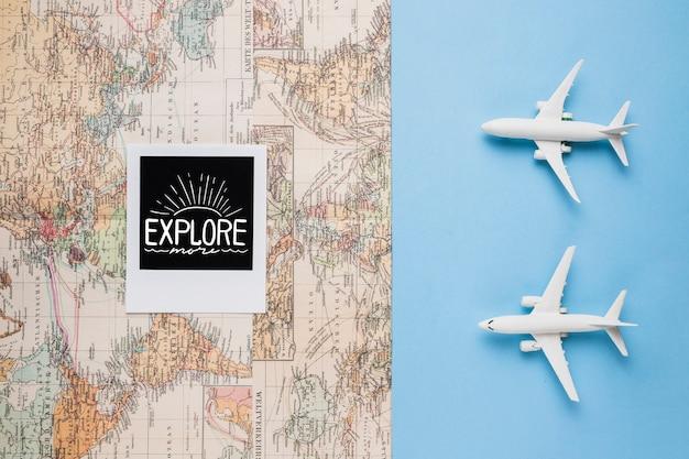 Explorez plus, carte du monde vintage et jouets d'avion Psd gratuit