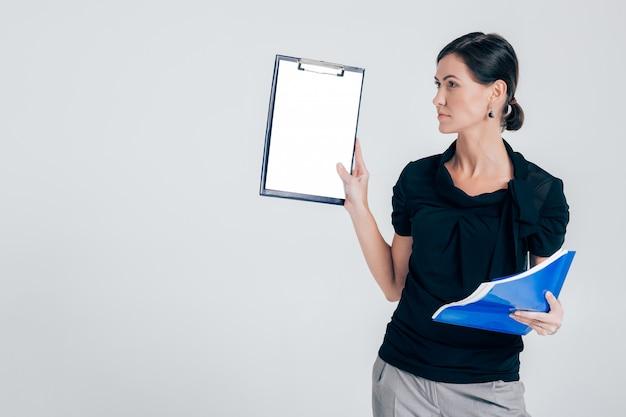 Femme D'affaires Attrayant Tenant Un Dossier Avec Des Documents PSD Premium