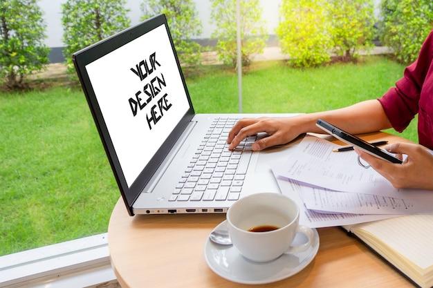 Femme d'affaires en tapant sur un ordinateur portable avec un écran blanc PSD Premium