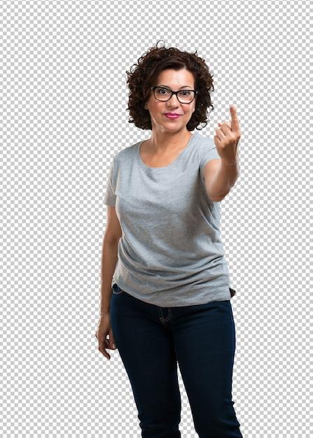 Femme d'âge moyen montrant le numéro un, symbole de comptage, concept de mathématiques, confiant et gai PSD Premium