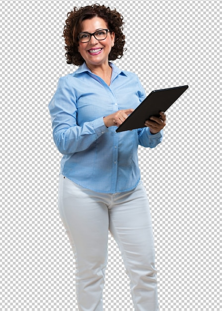 Femme âgée Moyenne Souriante Et Confiante, Tenant Une Tablette, L'utiliser Pour Surfer Sur Internet Et Voir Les Réseaux Sociaux, Concept De Communication PSD Premium