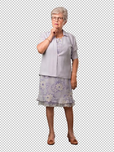 Femme âgée Avec Tout Le Corps, Pensant Et Levant Les Yeux PSD Premium