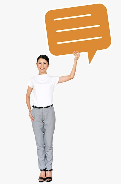Femme asiatique joyeuse tenant un symbole de bulle de dialogue Psd gratuit