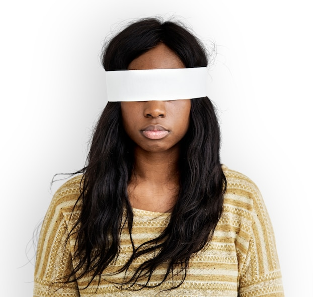 Femme aux yeux couverts Psd gratuit