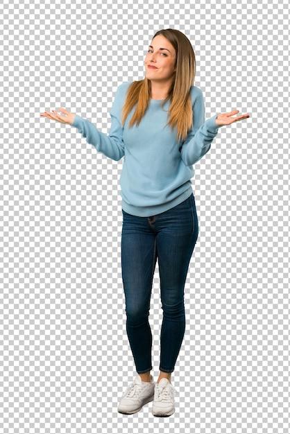 Femme blonde avec une chemise bleue faisant un geste sans importance tout en soulevant les épaules PSD Premium