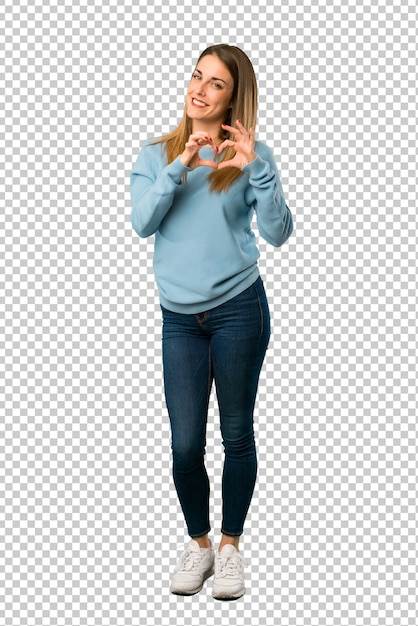 Femme blonde avec une chemise bleue faisant le symbole du coeur par les mains PSD Premium