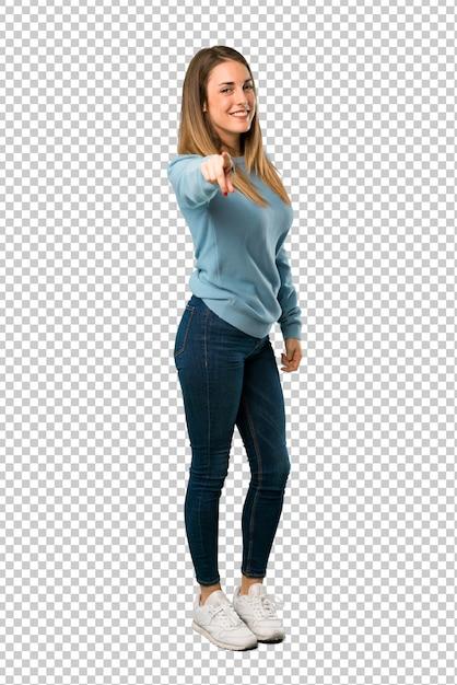 Une Femme Blonde Avec Une Chemise Bleue Vous Montre Du Doigt Avec Une Expression Confiante PSD Premium