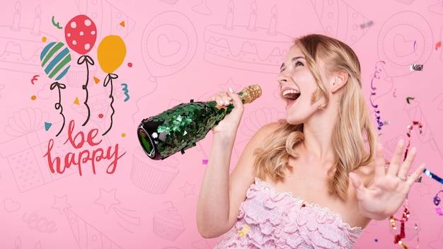 Femme Chantant à La Bouteille De Champagne Psd gratuit