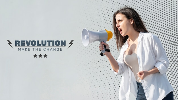 Femme en colère criant dans un mégaphone Psd gratuit