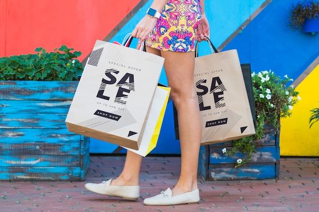 Femme élégante avec une maquette de sacs à provisions Psd gratuit