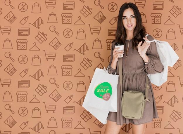 Femme élégante avec des sacs Psd gratuit