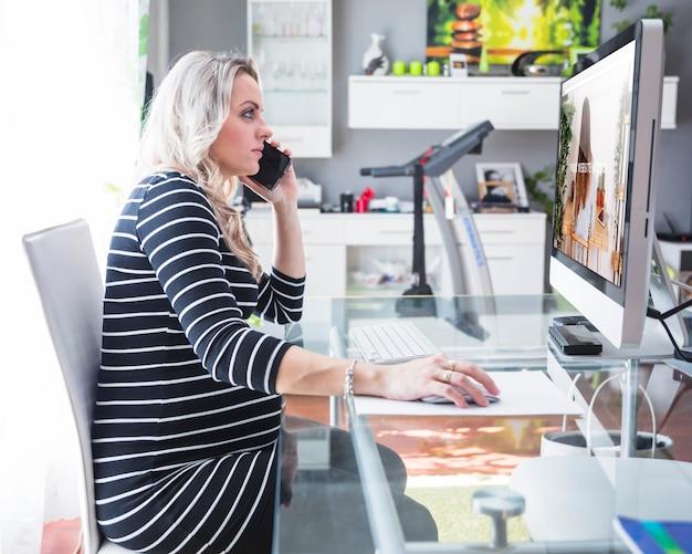 Femme enceinte à l'aide d'ordinateur Psd gratuit
