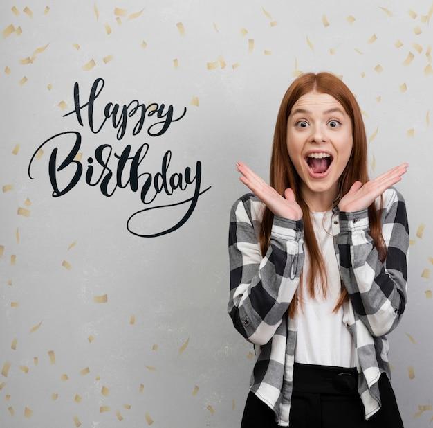 Femme Excitée Avec Maquette D'anniversaire Psd gratuit
