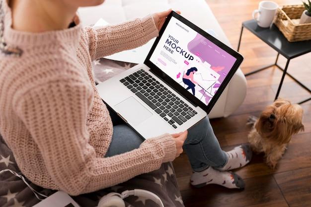 Femme à La Maison Avec Maquette D'ordinateur Portable Psd gratuit