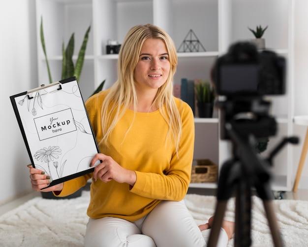 Femme à La Maison Montrant Une Maquette De Presse-papiers Psd gratuit