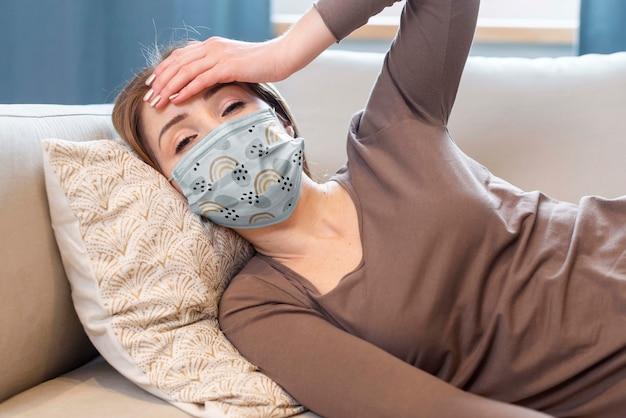 Femme Avec Maquette De Concept De Masque Médical Psd gratuit