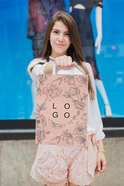 Femme avec une maquette de sac à provisions Psd gratuit