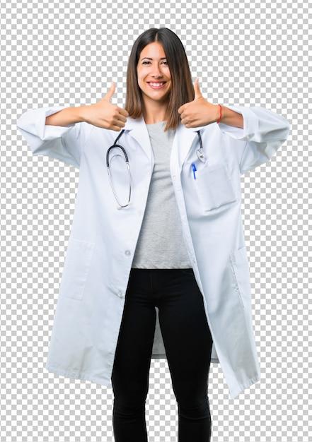 Femme médecin avec stéthoscope donnant un geste pouce en l'air et souriant car a eu du succès PSD Premium