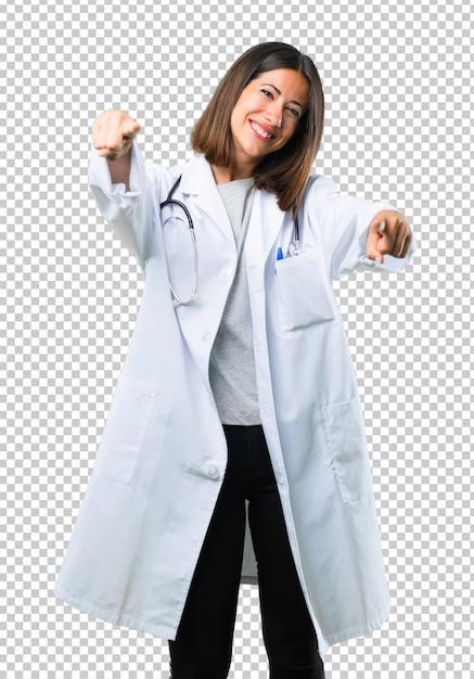 Femme médecin avec stéthoscope pointe le doigt sur vous en souriant PSD Premium