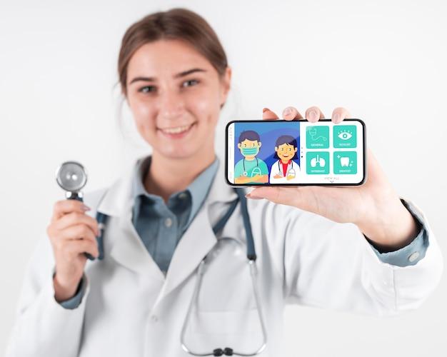 Femme Médecin Tenant Un Smartphone Maquette PSD Premium