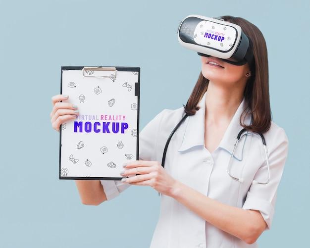 Femme Portant Un Casque De Réalité Virtuelle Psd gratuit