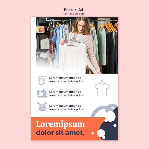 Femme regardant un chemisier dans une affiche de magasin Psd gratuit