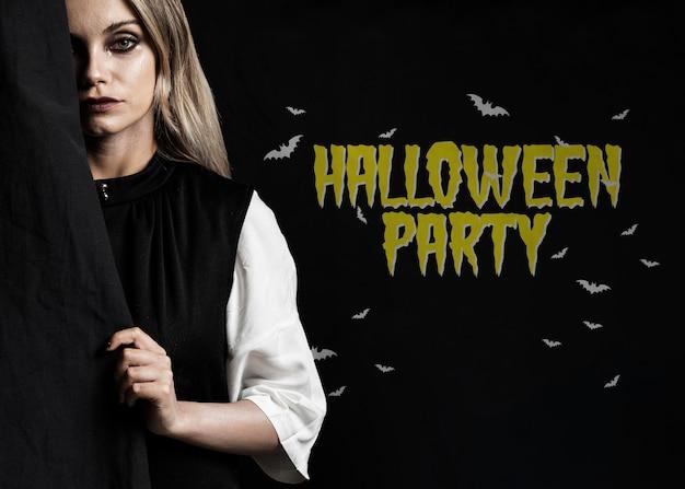 Femme se cachant derrière une photo d'halloween en tissu Psd gratuit