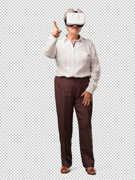 Femme senior pleine de corps, excitée et divertie, jouant avec des lunettes de réalité virtuelle PSD Premium