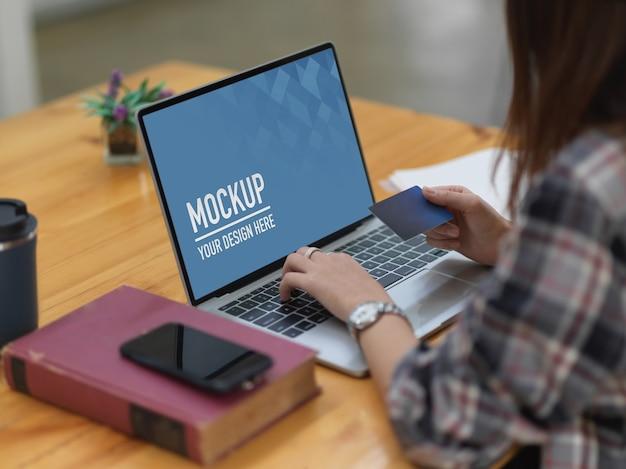 Femme Shopping Et Paiement En Ligne Par Carte De Crédit Sur Maquette D'ordinateur Portable PSD Premium