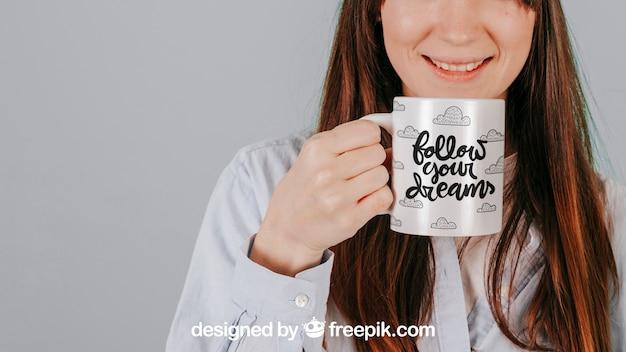 Femme souriante avec une tasse Psd gratuit