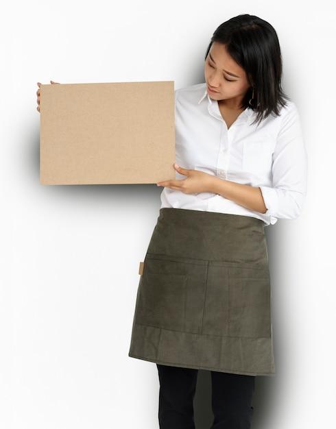 Femme tenant un panneau de liège Psd gratuit