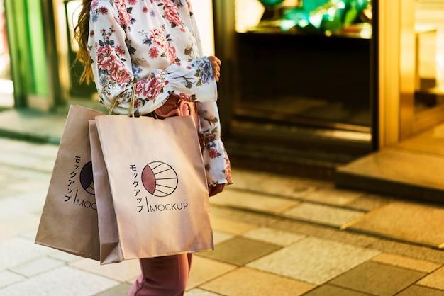 Femme Tenant Des Sacs à Provisions Dans La Rue Psd gratuit
