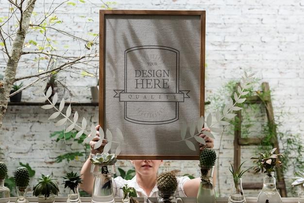 Femme Tenant Un Tableau Blanc Design Spcae PSD Premium