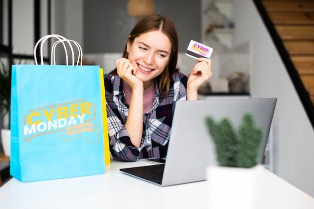 Femme, tenue, carte crédit, regarder, ordinateur portable Psd gratuit