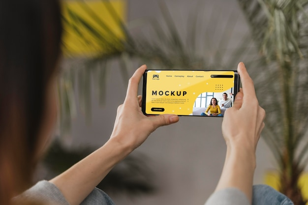 Femme Utilisant Un Mobile Psd gratuit