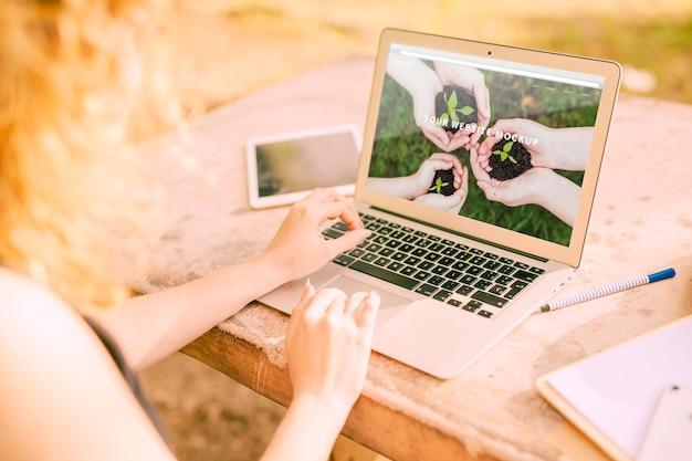 Femme, Utilisation, Ordinateur Portable, Maquette, Nature Psd gratuit