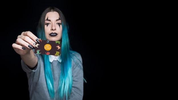 Femme vampire présentant la carte de visite Psd gratuit